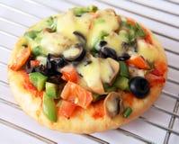 Pizza auf einer Zahnstange stockfotos
