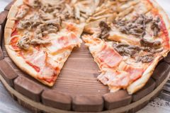 Pizza auf hölzernem Lizenzfreie Stockfotos