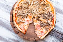 Pizza auf hölzernem Lizenzfreie Stockfotografie