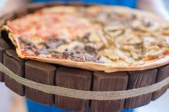 Pizza auf hölzernem Stockfotos