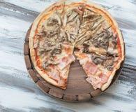 Pizza auf hölzernem Lizenzfreies Stockfoto