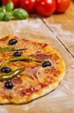 Pizza auf hölzernem Vorstand Stockfoto