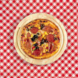 Pizza auf Tabelle Stockbilder