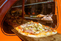 Pizza in autoraam Royalty-vrije Stock Foto's