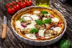 Pizza aux légumes avec du fromage de mozzarela, le basilic et l'huile d'olive photographie stock