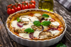 Pizza aux légumes avec du fromage de mozzarela, le basilic et l'huile d'olive photo stock