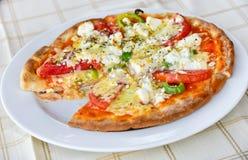 Pizza aux légumes avec du mozzarella photo libre de droits