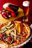 Pizza aux légumes et bière Image libre de droits