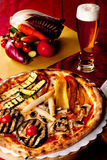 Pizza aux légumes et bière Photo libre de droits