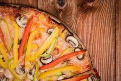 Pizza aux légumes sur la table Photos stock