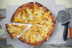 Pizza avec beaucoup écrimage et fromage Pizza de vue supérieure du plat blanc Image libre de droits