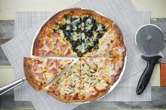 Pizza avec beaucoup écrimage et fromage Pizza de vue supérieure du plat blanc sur la table en bois Photographie stock libre de droits