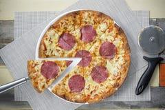 Pizza avec beaucoup écrimage et fromage Pizza de vue supérieure du plat blanc sur la table en bois avec la décoration Image libre de droits