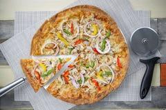Pizza avec beaucoup écrimage et fromage Pizza de vue supérieure du plat blanc sur la table en bois avec la décoration Images stock