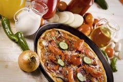 Pizza avec de la sauce et des composants Images stock