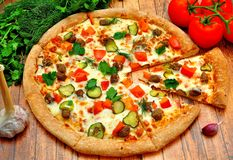 Pizza avec de la viande, des concombres, des tomates et des verts photographie stock