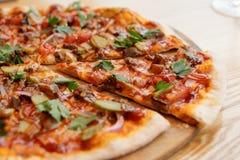 Pizza avec de la viande, la sauce à BBQ, les concombres marinés et le persil Photos libres de droits