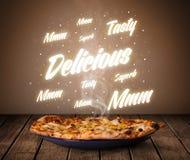 Pizza avec des écritures rougeoyantes délicieuses et savoureuses Photographie stock