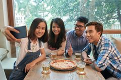 Pizza avec des amis Photo libre de droits