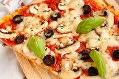 Pizza avec des champignons de couche Images libres de droits