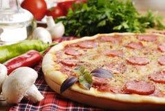 Pizza avec des champignons de couche Photo libre de droits