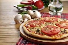 Pizza avec des champignons de couche Image libre de droits