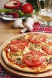 Pizza avec des champignons de couche Photographie stock