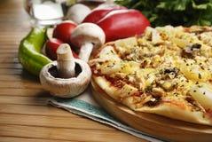 Pizza avec des champignons de couche et des ananas Photos libres de droits