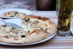 Pizza avec des champignons de fromage et de porcini Images stock