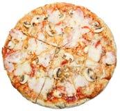 Pizza avec des champignons fromage et jambon d'isolement sur le fond blanc Photos libres de droits