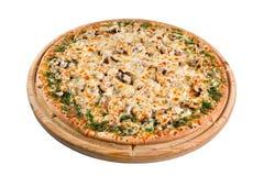 Pizza avec des champignons sur le conseil en bois pour un annuaire ou un menu images stock