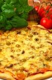Pizza avec des olives photographie stock