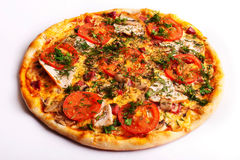 Pizza avec du jambon, des tomates et des champignons images libres de droits