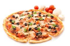 Pizza avec du jambon, le poivre et les olives Images libres de droits