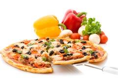 Pizza avec du jambon, le poivre et les olives Photographie stock