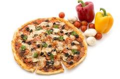 Pizza avec du jambon, le poivre et les olives Images stock