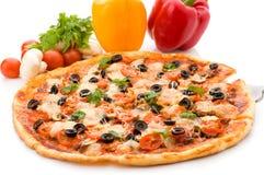 Pizza avec du jambon, le poivre et les olives Image stock