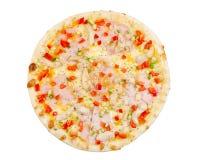 Pizza avec du jambon, les poissons, le fromage, le paprika et le concombre, d'isolement Images stock