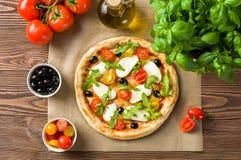 Pizza avec du mozzarella et l'arugula Image libre de droits