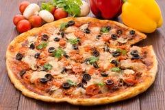 Pizza avec du mozzarella, la sauce, des tomates et des feuilles de salade Photos stock