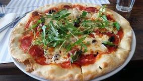 Pizza avec l'Arugula (fusée de salade) Photographie stock libre de droits