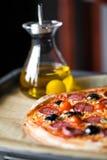 Pizza avec l'huile d'olive Photographie stock libre de droits