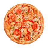 Pizza avec la pastrami, les champignons, le poivre et le concombre d'isolement sur le blanc photographie stock