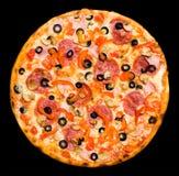 Pizza avec la pepperoni, les champignons de couche et le jambon, d'isolement Photographie stock libre de droits