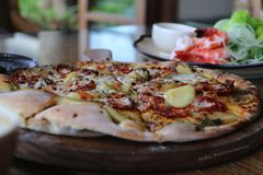 Pizza avec la pomme de terre et la Rosemary Photo stock
