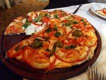 Pizza avec la tomate et les olives photographie stock libre de droits