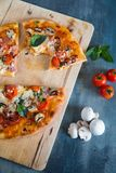Pizza avec le champignon de paris Photo stock