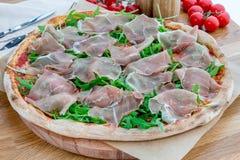Pizza avec le jambon de Parme photos stock