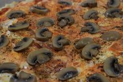 Pizza avec le plan rapproché de champignons comme fond Images stock