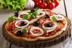 Pizza avec le poulet Photographie stock libre de droits